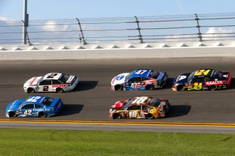 Kyle Larson, Chip Ganassi Racing, Chevrolet Camaro Credit One Bank, Brad Keselowski, Team Penske, Ford Mustang Discount Tire