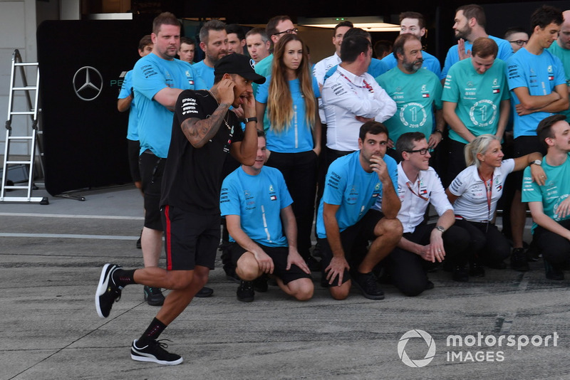Lewis Hamilton, Mercedes AMG F1, festeggia con il team