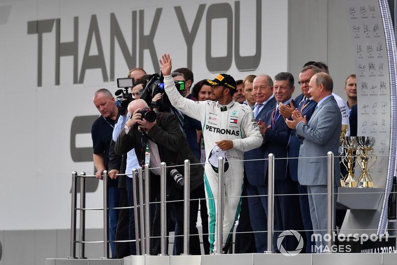 Il vincitore della gara Lewis Hamilton, Mercedes AMG F1, festeggia sul podio