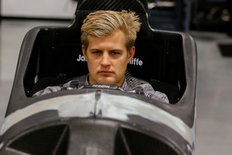 Marcus Ericsson prepara il sedile alla Schmidt Peterson Motorsports