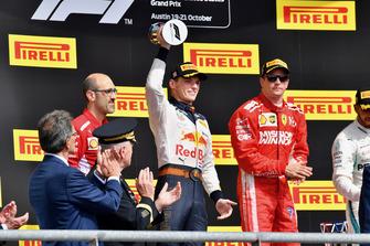 (Da sx a dx): Carlo Santi, ingegnere di pista Ferrari, Max Verstappen, Red Bull Racing, con il trofeo, e Kimi Raikkonen, Ferrari