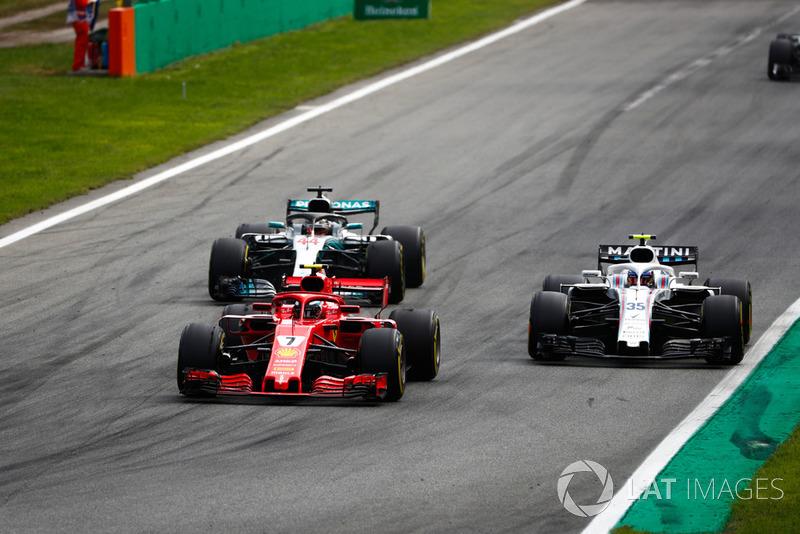 Kimi Raikkonen, Ferrari SF71H, Lewis Hamilton, Mercedes AMG F1 W09, doblan a Sergey Sirotkin, Williams FW41