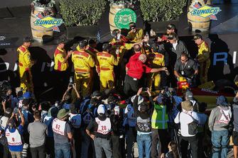 La crew di Ryan Hunter-Reay, Andretti Autosport Honda, festeggia la vittoria della gara