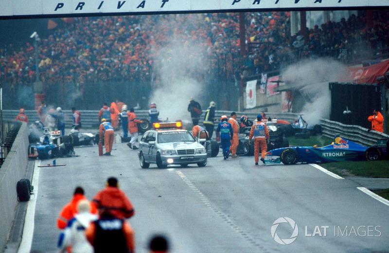 В результате мы увидели один из самых драматичных стартов в истории Формулы 1: лидеры преодолели спуск к «Красной воде» без проблем, а вот Култхард, который оказался чуть позади, соприкоснулся с Эдди Ирвайном. Пилота McLaren развернуло, он ударился о стену, отлетел от нее и заварил огромную кашу из 13 машин, колес и обломков