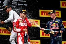 Победитель - Нико Росберг, Mercedes AMG F1 Team, второе место - Себастьян Феттель, Ferrari, третье место - Даниил Квят, Red Bull Racing празднуют на подиуме