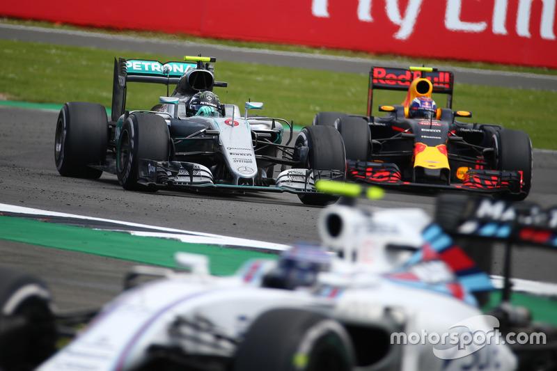 Nico Rosberg, Mercedes AMG Petronas F1 W07 e Max Verstappen, Red Bull Racing RB12