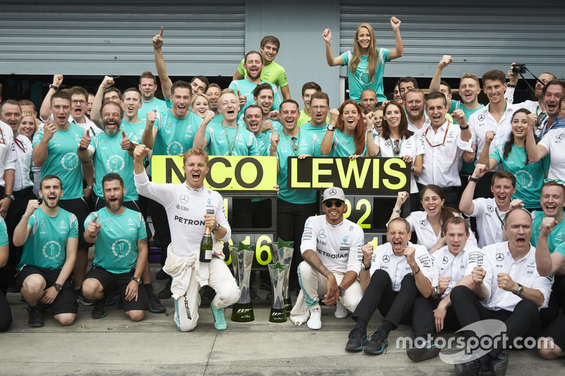 Race winner Nico Rosberg, Mercedes AMG F1 and Lewis Hamilton, Mercedes AMG F1 Team celebrates with team