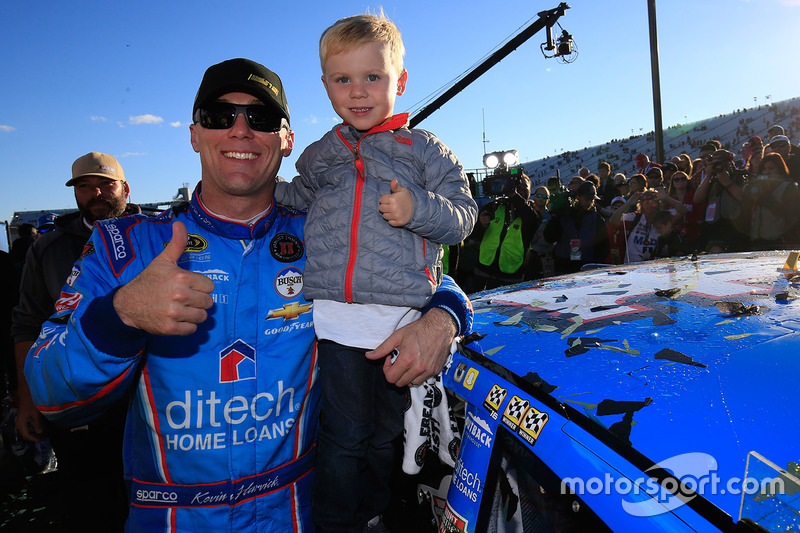 Sieger Kevin Harvick, Stewart-Haas Racing, Chevrolet, mit Sohn Keelan