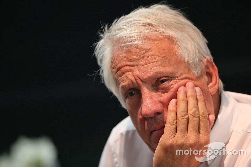 Charlie Whiting, delegado de la FIA en una conferencia de prensa FIA