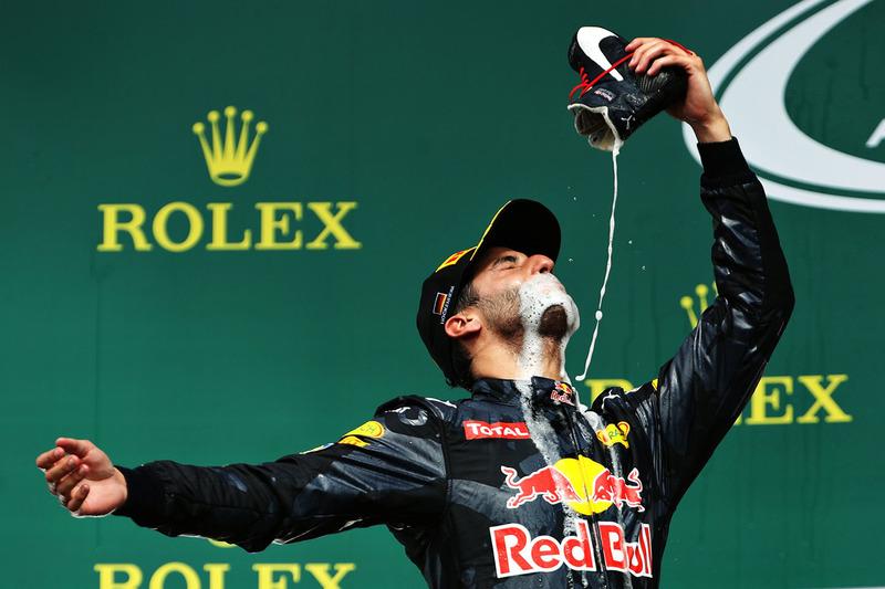 26: Гран Прі Німеччини, Хоккенхайм. Даніель Ріккардо святкує друге місце шампанським зі свого гоночного взуття