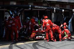 Kimi Raikkonen, Ferrari SF16-H maakt pitstop
