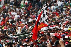 Флаг Ferrari на трибунах