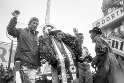 Podium: race winner Jackie Stewart, Matra MS10-Ford, second place Graham Hill, Lotus 49B-Ford, third place Jochen Rindt, Brabham BT26-Repco
