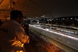 Een fan bekijkt Kimi Raikkonen, Ferrari SF70H, vanaf de tribune