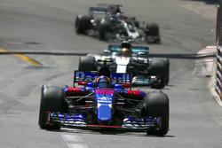 Carlos Sainz Jr., Scuderia Toro Rosso STR12, Lewis Hamilton, Mercedes AMG F1 W08