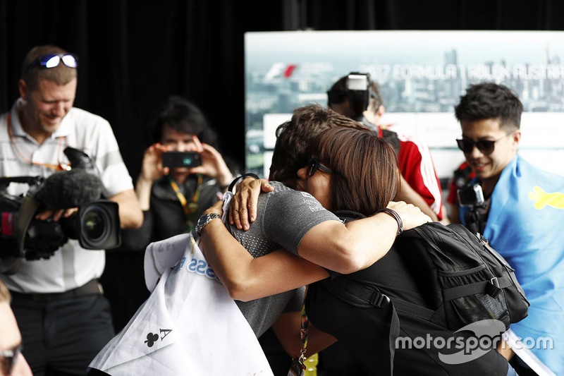 Fernando Alonso, McLaren, abraza a un fan
