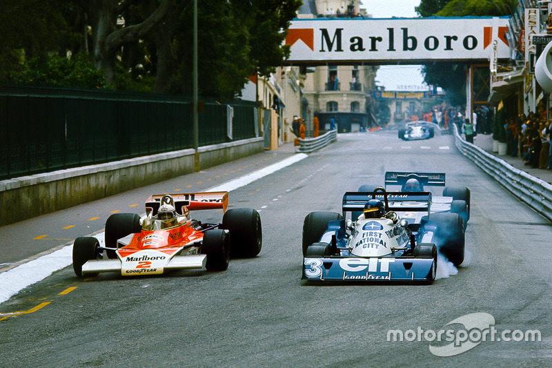 Jochen Mass, McLaren M23 Ford, adelanta a Ronnie Peterson, Tyrrell P34 Ford, con Mario Andretti, Lotus 78 Ford, detrás