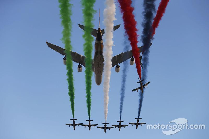 Aviones sobrevuelan el circuito
