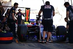 Карлос Сайнс-мл., Scuderia Toro Rosso STR12 делает пит-стоп