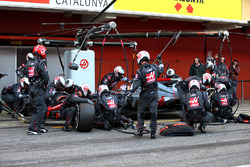 Romain Grosjean, Haas F1 Team VF-17 practices a pit stop