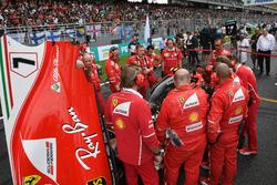 Механики Ferrari и автомобиль SF70H Кими Райкконена