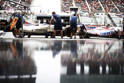 Felipe Massa, Williams FW40, Sergio Perez, Sahara Force India F1 VJM10, return to the pits