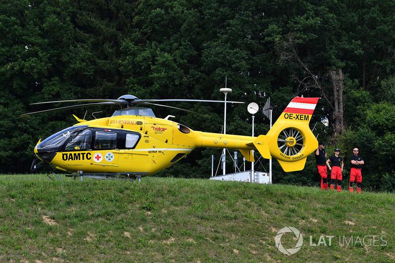 Медицинский вертолет на фоне леса