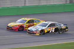 Joey Logano, Team Penske Ford, Clint Bowyer, Stewart-Haas Racing Ford