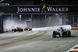 Лидирует Льюис Хэмилтон, Mercedes AMG F1 W08; на заднем плане Себастьян Феттель, Ferrari SF70H