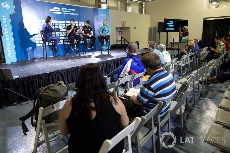 Dario Franchitti con Michael Andretti, Jay Penske y Gerry Hughes