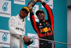 Podium : le troisième, Daniel Ricciardo, Red Bull Racing, asperge de champagne le deuxième, Lewis Hamilton, Mercedes AMG F1