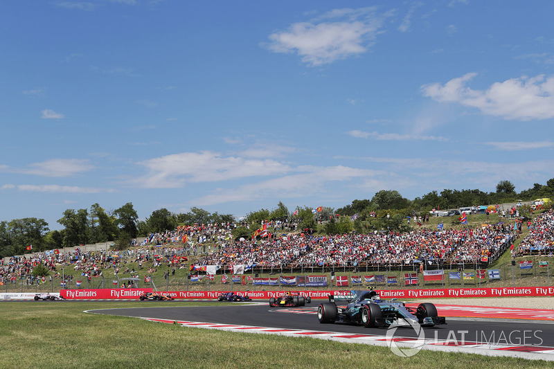 Валттері Боттас, Mercedes AMG F1 W08,Макс Ферстаппен, Red Bull Racing RB13, Льюіс Хемілтон, Mercedes AMG F1 W08, Карлос Сайнс-молодший, Scuderia Toro Rosso STR12, та Фернандо Алонсо, McLaren MCL32, на старті