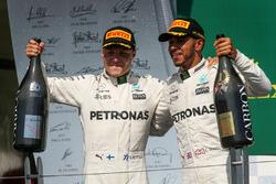 Valtteri Bottas, Mercedes AMG F1 celebra con Lewis Hamilton, Mercedes AMG F1