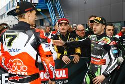 Le poleman Jonathan Rea, Kawasaki Racing, Chaz Davies, Ducati Team dans le Parc Fermé