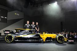Les pilotes Renault Sport F1 Team Nico Hulkenberg, Jolyon Palmer, le troisième pilote, Sergey Sirotkin avec la Renault Sport F1 Team RS17