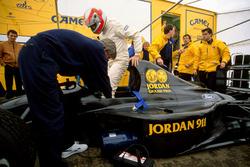 John Watson a bordo del nuevo Jordan 911 Ford con el diseñador Gary Anderson y Andy Stevenson