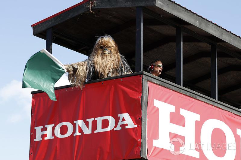 Chewbacca agita la bandera verde para iniciar la práctica