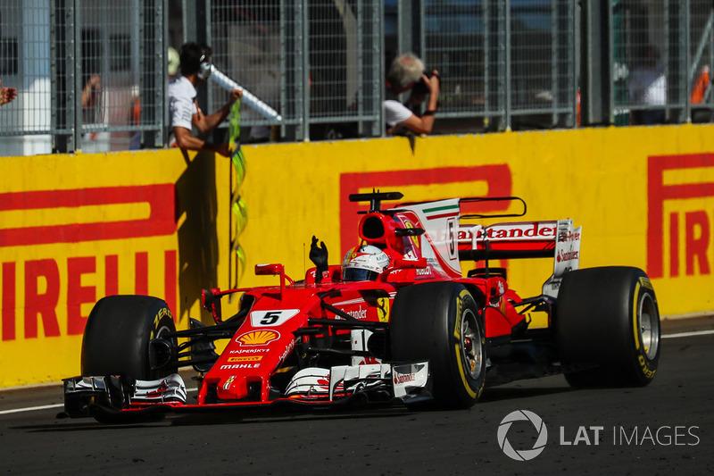 Ganador de la carrera Sebastian Vettel, Ferrari SF70-H cruza la meta