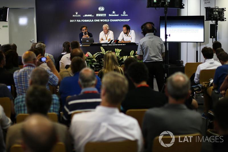 لوران ميكيس، مدير السلامة في فيا وتشارلي وايتينغ، مدير السباقات وماتيو بونشياني، مندوب الإعلام في فيا