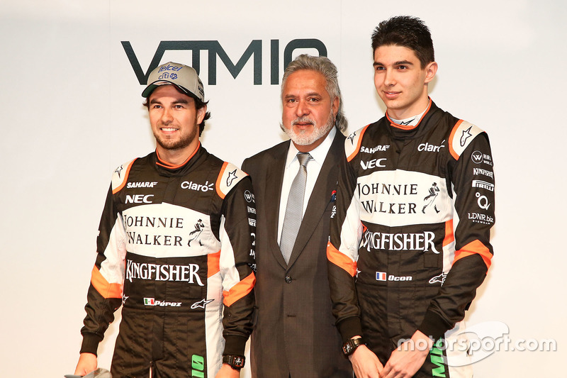 Vijay Mallya, Esteban Ocon und Sergio Perez, Sahara Force India F1 Team