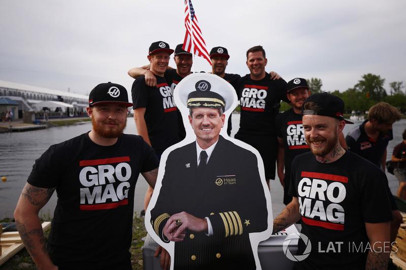 Команда Haas F1 Team с картонным изображением Гюнтера Штайнера в качестве капитана