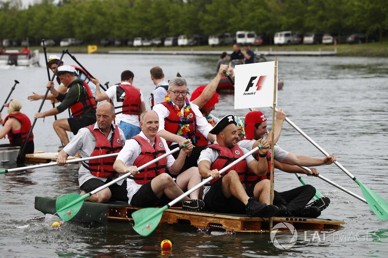 Росс Браун с командой в гонке на плотах