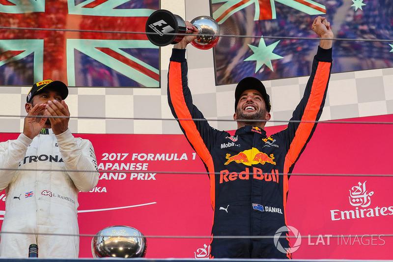 Daniel Ricciardo, Red Bull Racing celebrates on the podium with the trophy with Lewis Hamilton, Mercedes AMG F1