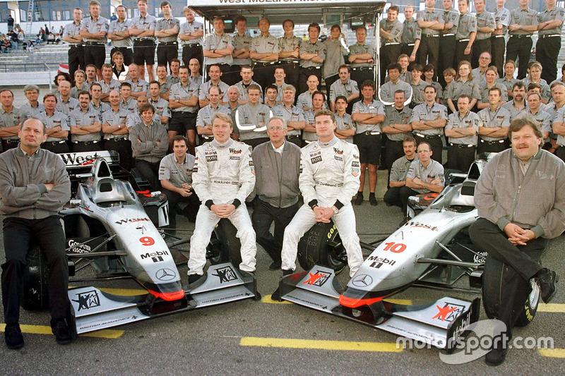 El victorioso McLaren Mercedes Team: en el frente (izq.) Ron Dennis, el ganador Mika Hakkinen, Jurgen Schrempp, CEO de Daimler-Benz, David Coulthard, 2 en carrera y Norbert Haug, jefe deportivo de Mercedes