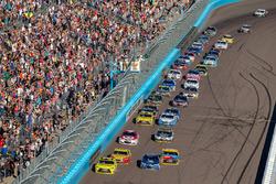 Restart: Matt Kenseth, Joe Gibbs Racing Toyota, Alex Bowman, Hendrick Motorsports Chevrolet lead