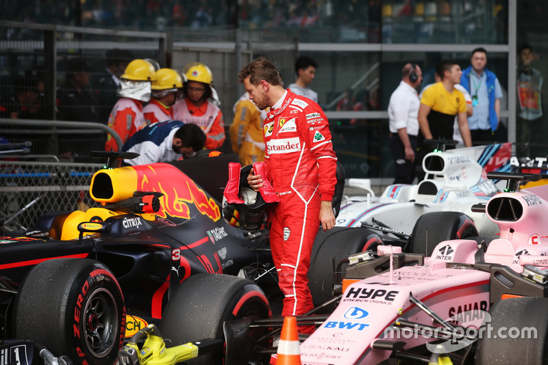 Sebastian Vettel, Ferrari,  revisa el coche de Daniel Ricciardo, Red Bull Racing RB13, en Parc Ferme after Qualifying