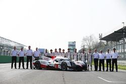 El nuevo Toyotay los pilotos: Anthony Davidson, Nicolas Lapierre, Kazuki Nakajima, Mike Conway, Kamui Kobayashi, Yuji Kunimoto, Jose Maria Lopez, Sébastien Buemi, Stéphane Sarrazin con el resto del equipo