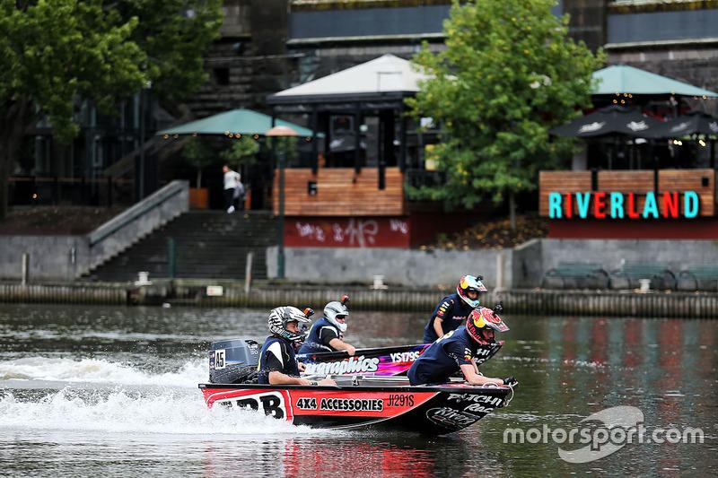 Daniel Ricciardo, Red Bull Racing y Max Verstappen, Red Bull Racing en un bote de carreras en el río