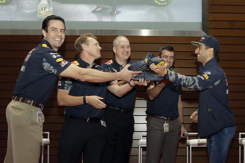 Daniel Ricciardo, Red Bull Racing deelt de schoenen gevuld met champagne uit aan de VIPs