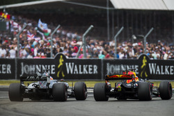 Daniel Ricciardo, Red Bull Racing RB13, Romain Grosjean, Haas F1 Team VF-17